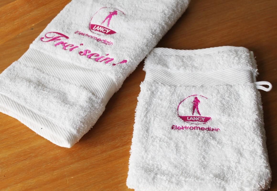 Bestickung von Handtuch und Waschhandschuh mit Logo